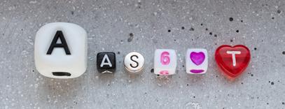 verschiedene Buchstabenperlen nebeneinander